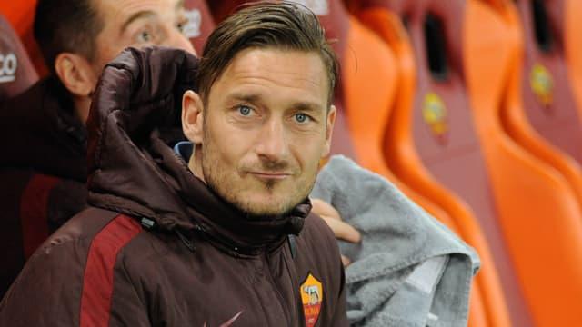 Francesco Totti sitzt auf der Bank