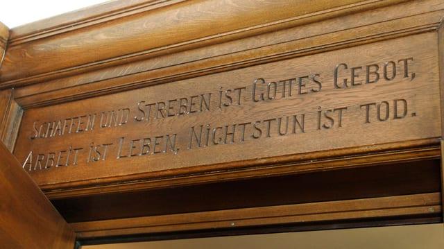 Eine Inschrift im Ausserrhoder Regierungsgebäude in Herisau.