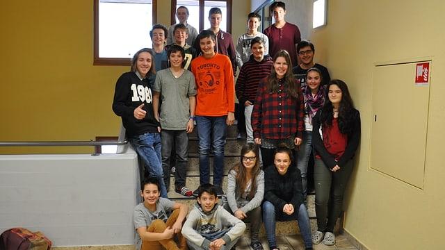 Scolaras e scolars da l'emprima e segunda superiura da la scola Viva a Laax.
