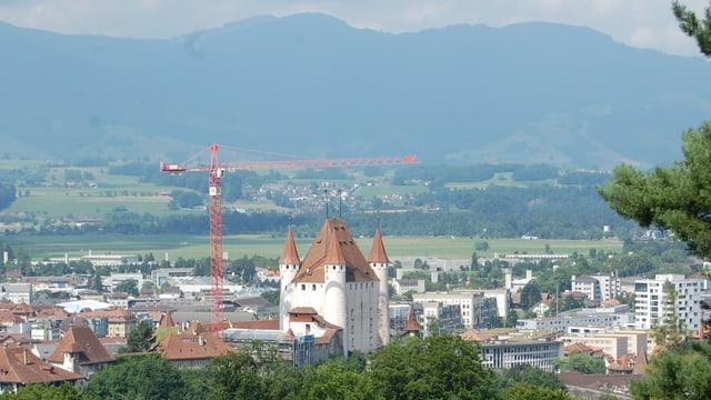 Das Schloss Thun, dahinter die Agglomeration und im Hintergrund die Stockhornkette.