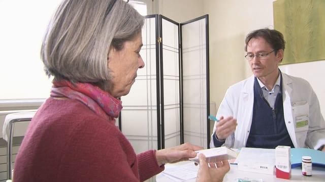 Marc Schlaeppi bespricht mit einer Patientin ihre Medikamente.