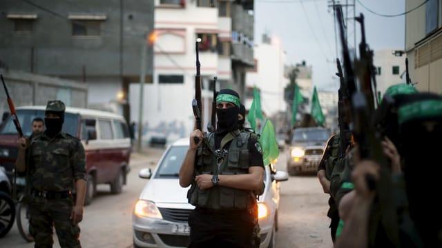 Hamas-Kämpfer, vermummt und mit Gewehren