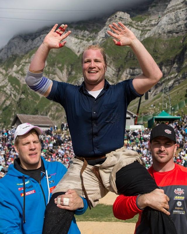 Mario Thürig auf den Schultern von zwei Schwingerkollegen nach dem Sieg auf der Schwägalp