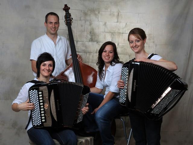 Gruppenbild mit zwei Akkordeonistinnen, einem Kontrabassisten und einer weiteren Musikantin.