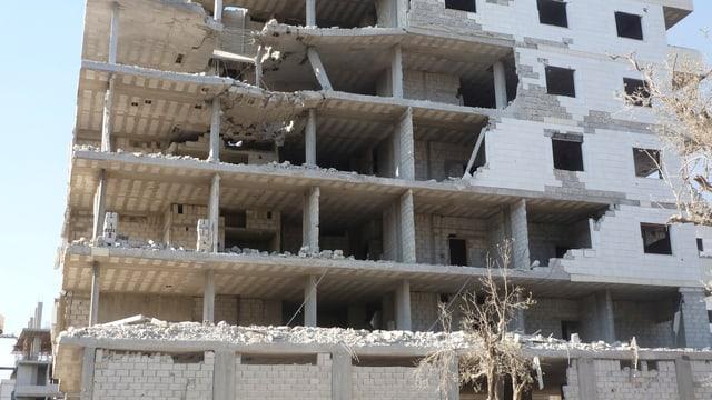Haus mit zerstörter Hausfassade