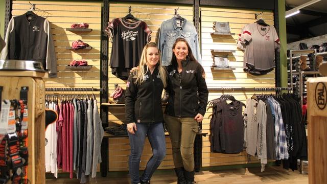 Zwei Verkäuferinnen posieren im Harley-Shop.