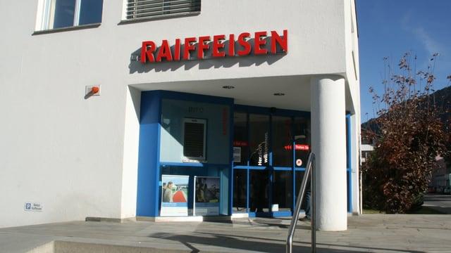 Sedia principala da la banca Raiffeisen Surselva a Glion.