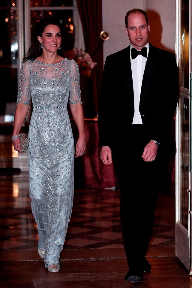 Kate in einem hellblau-silbernen Glitzerkleid und William im Anzug mit Fliege.