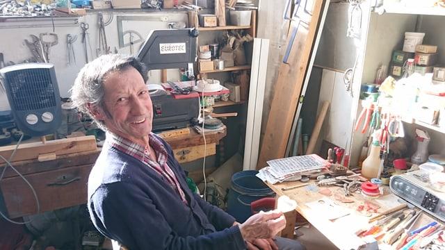 Leo Alig ha lavurà blers onns en la fabrica da palettas a Vuorz.