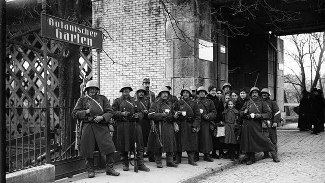 Eine Gruppe von Soldaten bewacht während des Landesstreiks die Eisenbahnbrücke in Bern