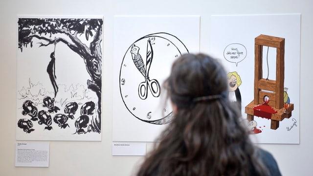 Karikaturen in einer Ausstellung.