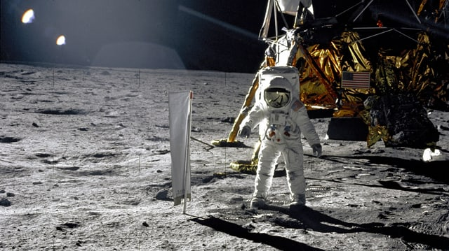 Mann im Astronautenanzug auf dem Mond.
