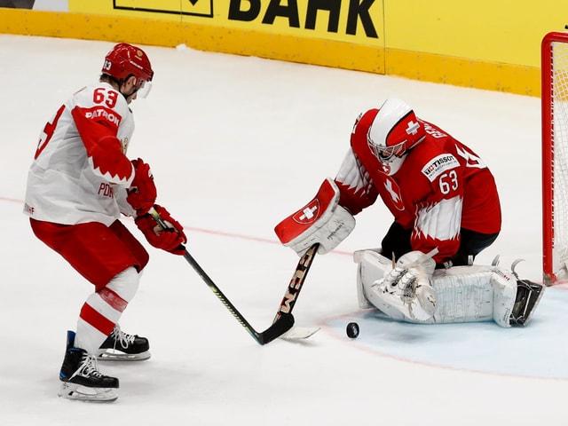 Russlands Jewgeni Dadonow gegen Schweiz-Goalie Leonardo Genoni.