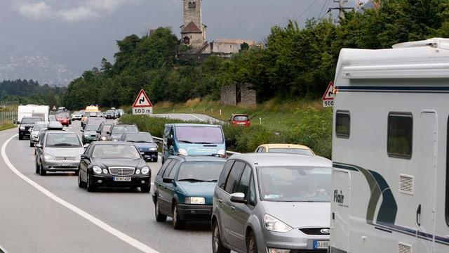 Autos auf einer Autobahn.