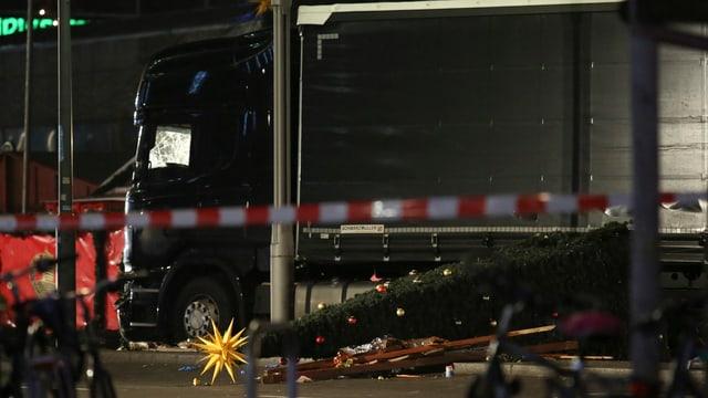 Der Fahrer des Scanias ist laut Polizei 50 bis 80 Meter über den Markt zwischen den Ständen hindurch gefahren.