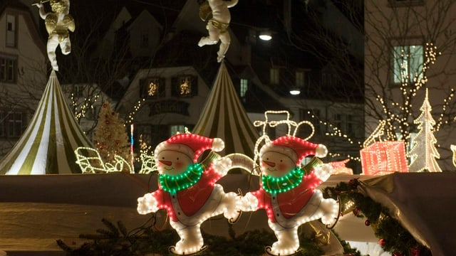 Beleuchtete Weihnachtsfiguren und Tannenbäume auf dem Barfüsserplatz