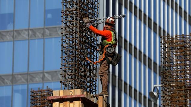 Ein Bauarbeiter auf einer Baustelle in Los Angeles.
