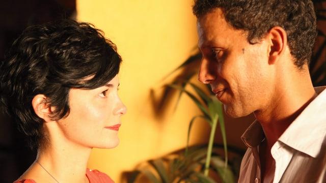 Eine Frau und ein Mann schauen sich tief in die Augen.