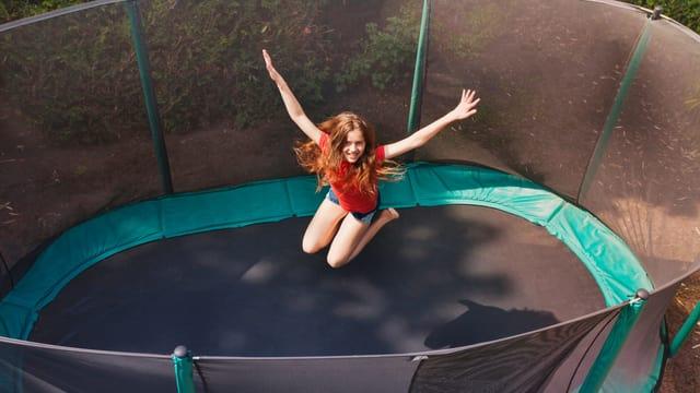 Mädchen springt auf Trampolin