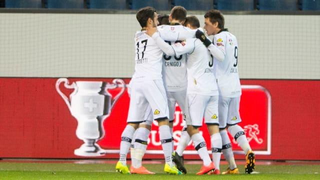 Ils giugaders da Lugano pon giubilar. Els stattan en il final da la cuppa svizra.