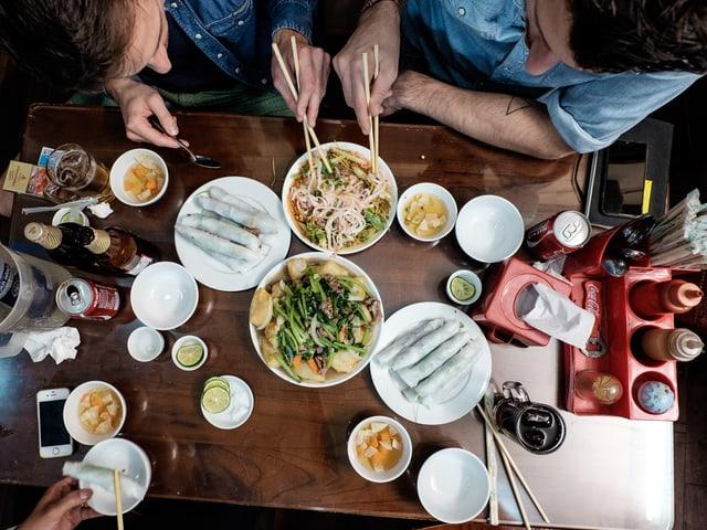 Tom Weingart und Markus Arnold geniessen in Vietnam eine Nudelsuppe.