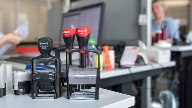 Situaziun da biro cun buls, computer etc.