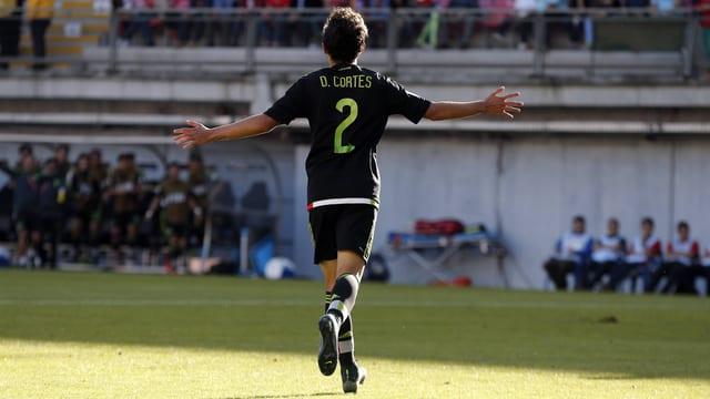 Diego Cortés von hinten mit der Nummer 2 auf dem Leibchen.