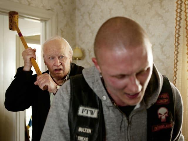 Die Hauptfigur Allan versucht einen Neonazi mit einem Krocket-Schläger niederzuschlagen.