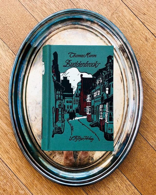 «Buddenbrooks» von Thomas Mann liegt auf einem Silbertablett