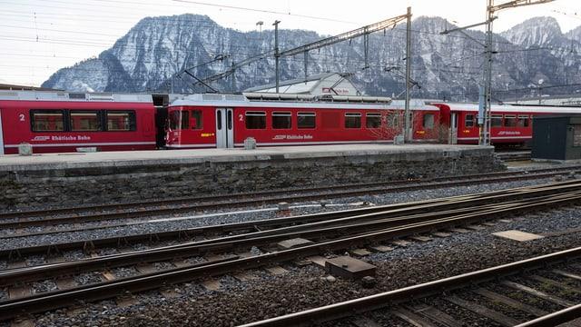 Trens da la Viafier retica en la staziun da Landquart.