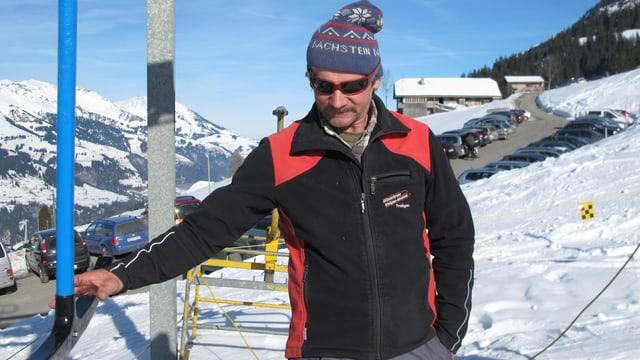 Einhändiger Griff zum Skilift-Bügel