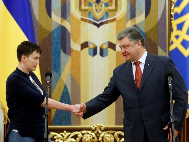 Eine Frau und ein Mann geben sich die Hand.
