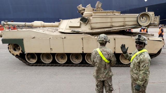 US-Panzer mit zwei Soldaten davor