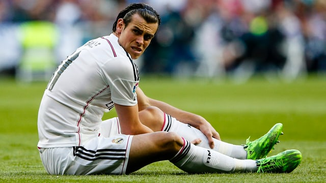 Gareth Bale sitzt am Boden
