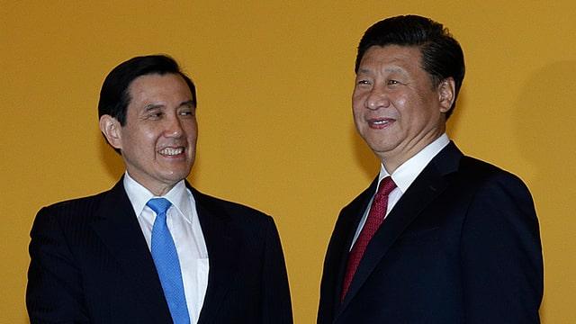 Il schef da stadi da la China Xi Jingpin (dretg) cun il schef da stadi dal Taiwan Ma Ying Jeou.