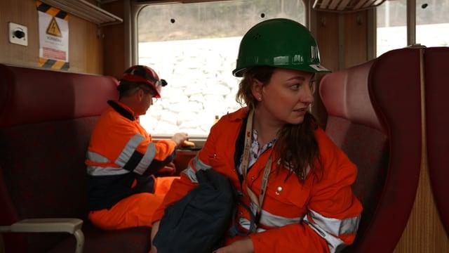 SRF-Reporterin Sylke Gruhnwald begleitet die Mitarbeiter von Alptransit auf einer Fahrt durch den Gotthard-Basistunnel.