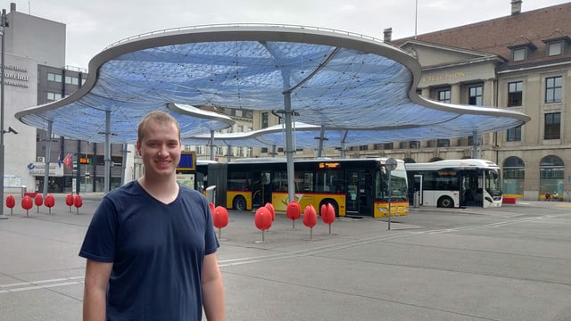Mann bei der Busstation: Markus Liebi (Wahlkampfleiter SVP Aargau)