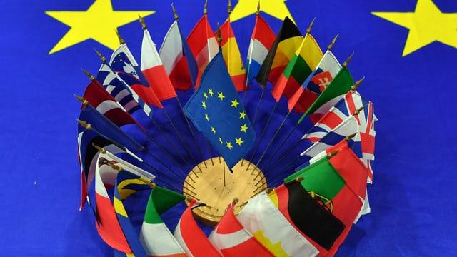 Il maletg mussa las bandieras da 27 stadis-commembers dal'UE