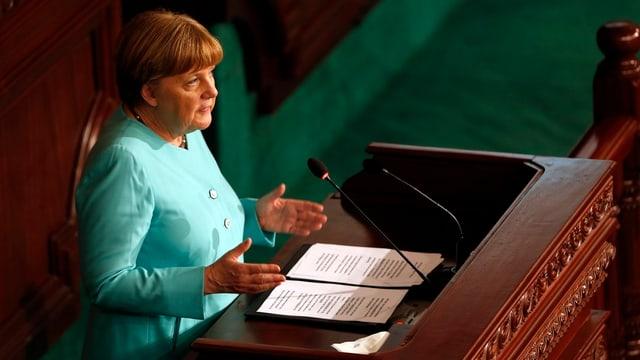 Merkel an einem Rednerpult