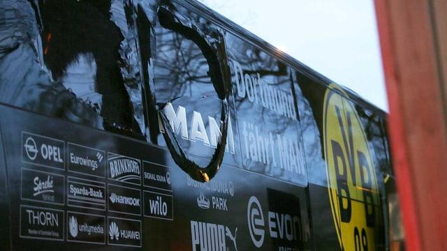 Bei den Explosionen gingen mehrere Scheiben des Mannschaftsbusses zu Bruch.