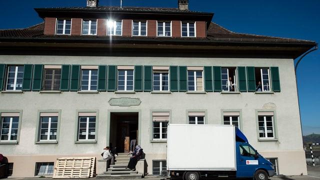 Das Schulhaus von Schafhasen, das heute ein Asylzentrum ist.