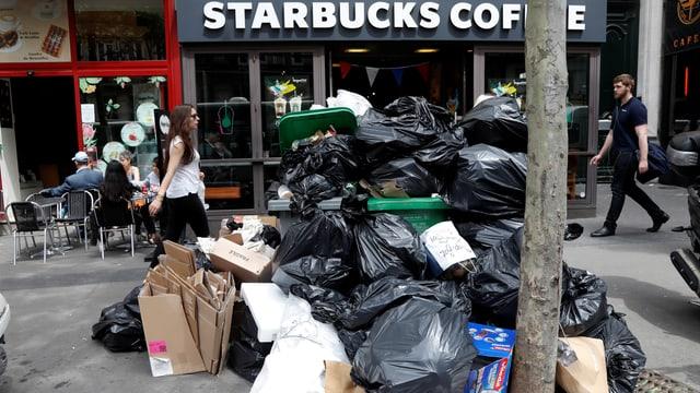 Plunas da rument decoreschan las vias a Paris - qua davant in Starbucks Coffee