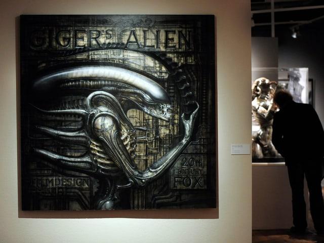 Man sieht die Figur «Alien» an einer Ausstellung.