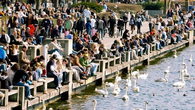 flanierende Leute am Zürichsee