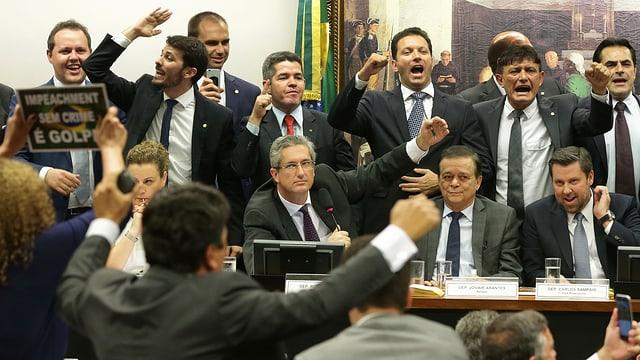 Rogerio Rosso verkündet Resultat, darum herum jubelnde Oppositionelle
