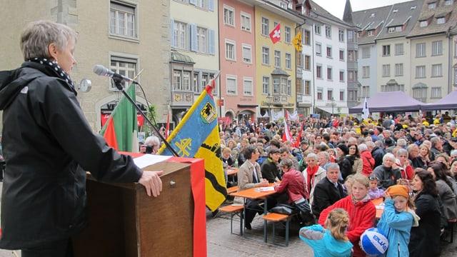 Die Winterthurerin Jacqueline Fehr spricht auf dem Podium am Fronwagplatz