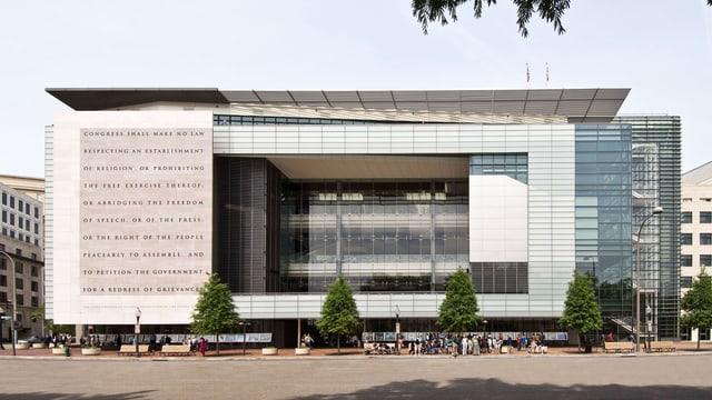 Das Gebäude des News-Museum: ein streng rechtwinkliges Gebäude. Auf der Fassade steht etwas.