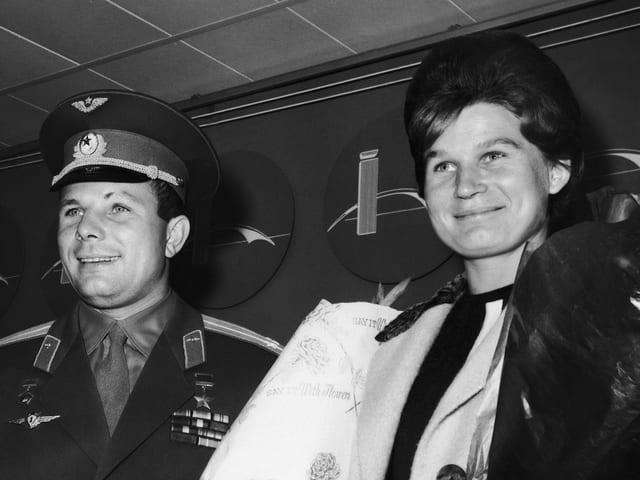 Juri Gagarin und Valentina Tereschkowa bei einem Empfang am Flughafen von New York.