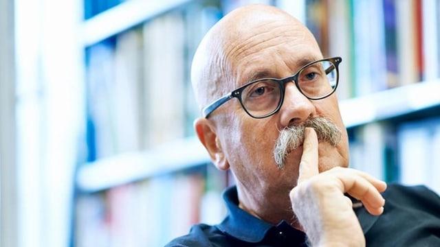Porträt Rolf Weingartner, Mann mit Glatze und Brille und Schnauz.