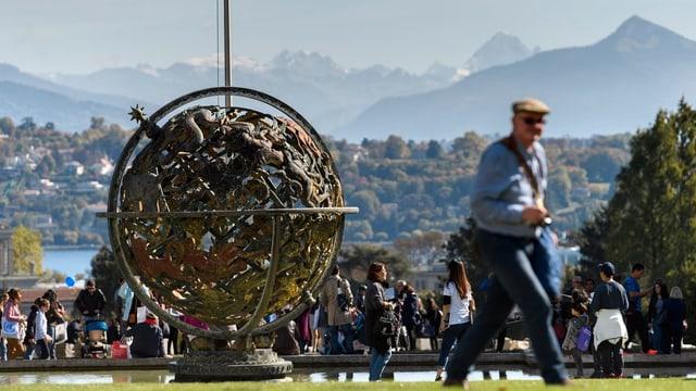 Mann vor dem Palais des Nations in Genf.